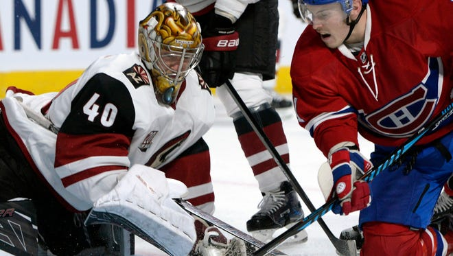 Arizona Coyotes goalie Justin Peters (40) and Montreal Canadiens forward Brendan Gallagher (11) battle for the puck on Oct. 19, 2016.