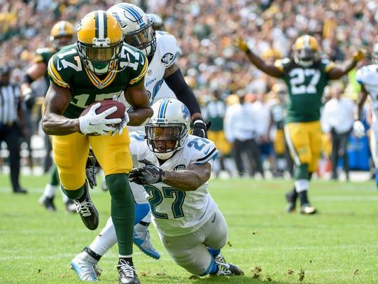 Packers wide receiver Davante Adams (17) breaks a tackle