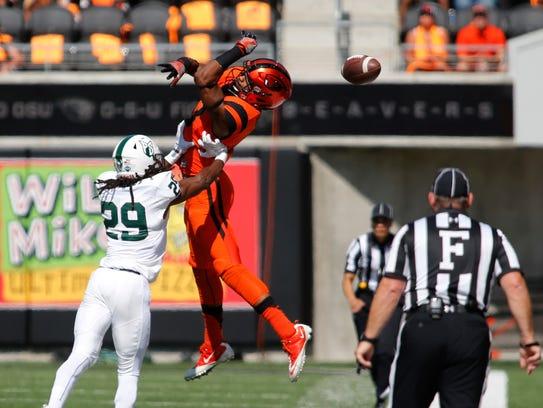 Oregon State's Jordan Villamin, center, can't catch