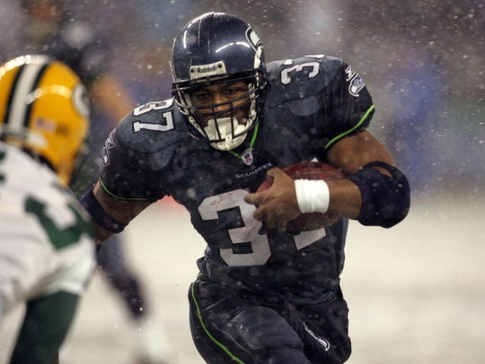 Seahawks running back Shaun Alexander runs the ball