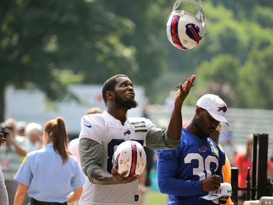 Bills tight end Charles Clay makes a one handed catch