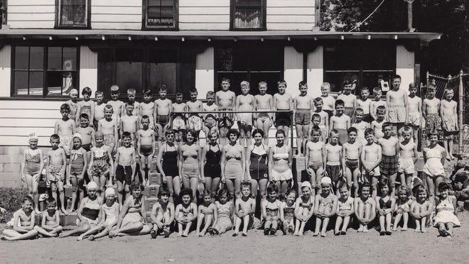 Samuel's Studio photo (1954) of Maynard swim instructors and children at Lake Boon.