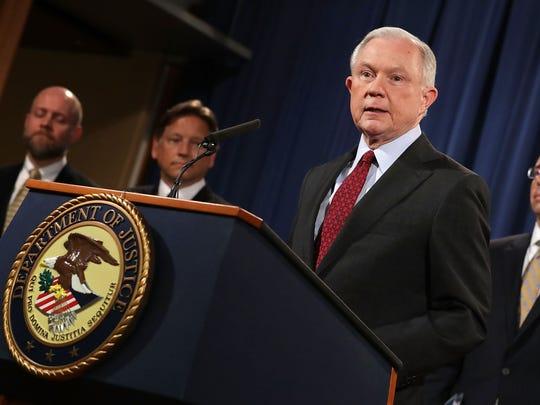 El fiscal general, Jeff Sessions, emitió un memorándum en el que encomienda a los fiscales hacer cumplir la ley federal sobre las ordenanzas estatales.