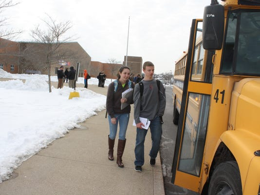 635608989582349771-Campbell-students-step-onto-bus