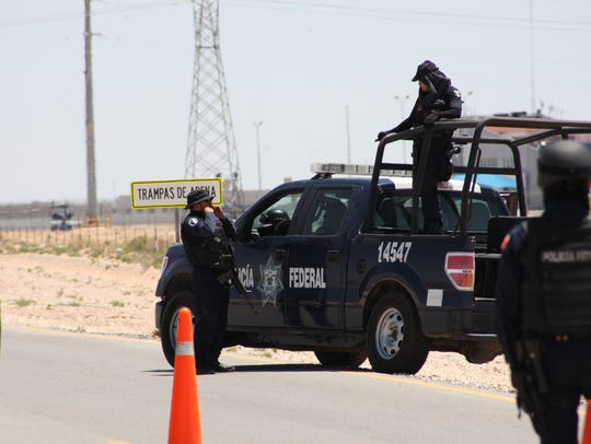 Mexican law enforcement guard a checkpoint near a Juárez