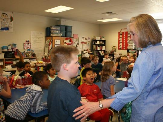 Terry Kirk Crump talks with Lewisburg second-graders