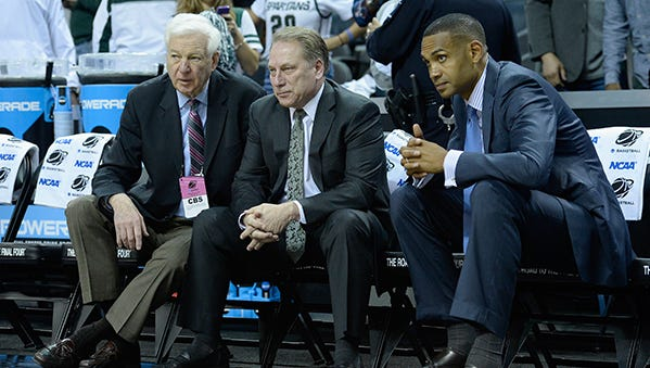 Bill Raftery and Grant Hill talk to Tom Izzo before MSU's NCAA Tournament game against Georgia on March 20.