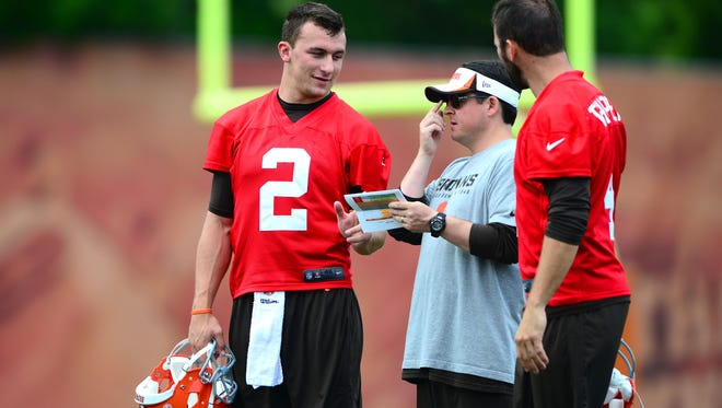 Johnny Manziel (left) talks with Browns quarterbacks coach Dowell Loggains and Tyler Thigpen during minicamp last week.