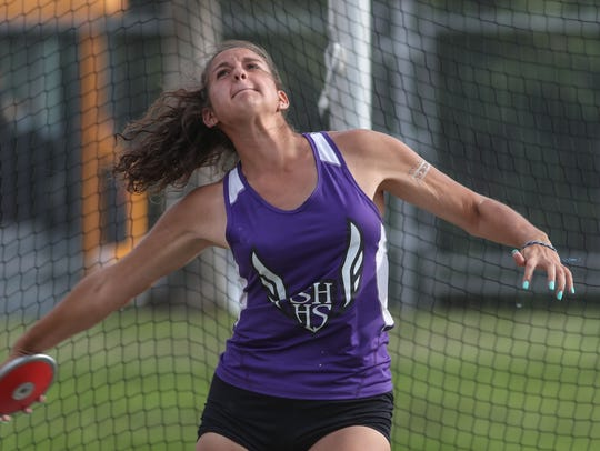 Victoria Soto competes in the discus during the DVL
