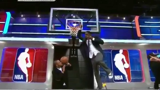 Chris Webber pretended to dunk while standing on a ladder in NBA TV's Mannequin Challenge.