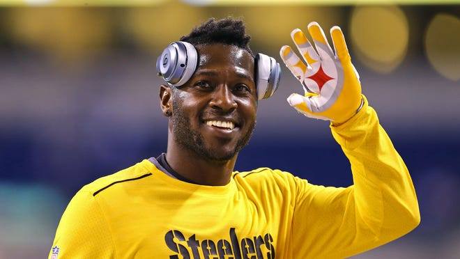 Nov 24, 2016; Indianapolis, IN, USA; Pittsburgh Steelers wide receiver Antonio Brown (84) waves to fans during warmups prior to the game against the Indianapolis Colts at Lucas Oil Stadium. Mandatory Credit: Aaron Doster-USA TODAY Sports ORG XMIT: USATSI-268550 ORIG FILE ID:  20161124_ads_db4_030.JPG