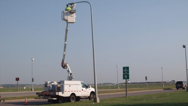 Sioux Falls light and power employee Tony Wolles replaces a street light on Minnesota Avenue.