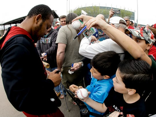 Fans try for a autograph from Diamondbacks Yasmany