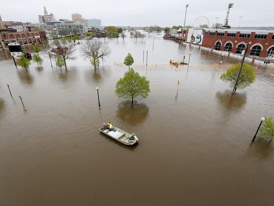 City of Davenport workers ferry sandbags across Mississippi