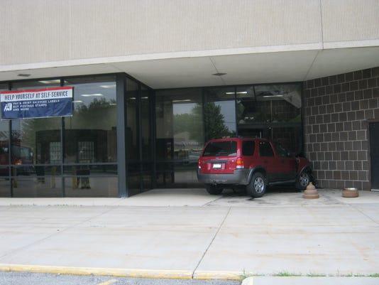 Car crashes into Oshkosh Post Office