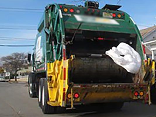 635827389849279258-garbage-truck