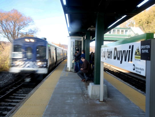 A southbound Metro-North train arrives at the Spuyten