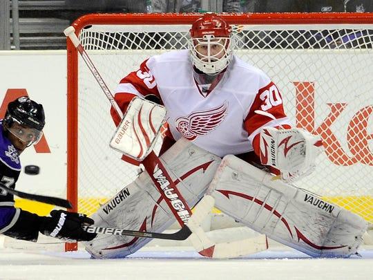 Red Wings goalie Chris Osgood plays Dec. 4, 2010 in Los Angeles.