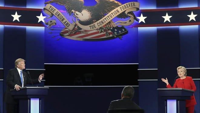 La candidata Demócrata a la presidencia, Hillary Clinton (d), y el candidato Republicano a la presidencia, Donald Trump (i), durante el debate presidencial celebrado en la Universidad de Hofstra en Hempstead, Nueva York (Estados Unidos), el pasado 26 de septiembre de 2016.