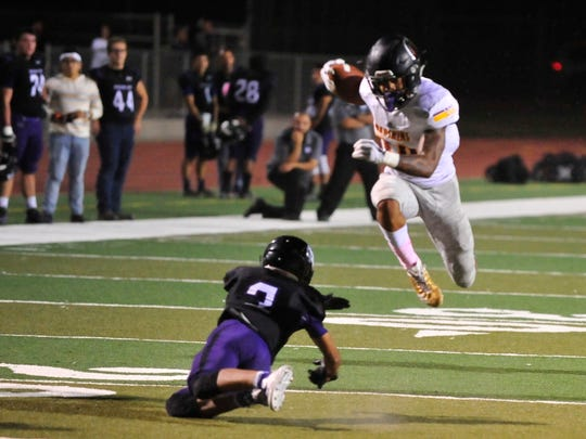 Mission Oak Maurice Villapudua tries tackle Tulare