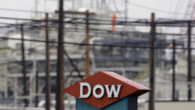 Dow Silicones Corp. has settled with the U.S. government over allegations it failed to report and manage properly hazardous pollutant discharges at its facility in Midland.