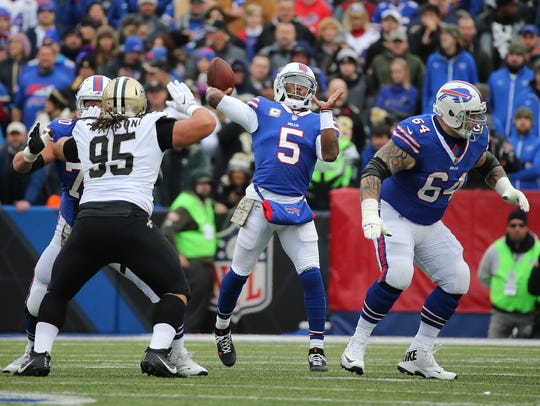 Bills quarterback Tyrod Taylor looks to throw over