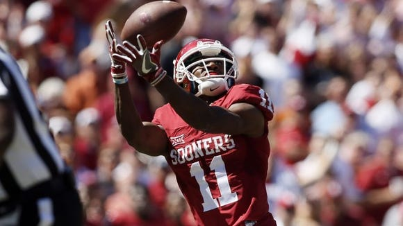 Oklahoma Sooners wide receiver Dede Westbrook (11) catches a touchdown pass in the second quarter against the Texas Longhorns at Cotton Bowl.