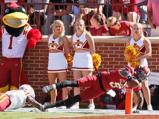 Oklahoma wide receiver CeeDee Lamb (9) dives into the