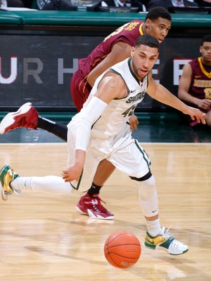 Michigan State's Denzel Valentine, front, and Minnesota's Charles Buggs chase the ball during the first half on Thursday, Feb. 26, 2015, in East Lansing, Mich.
