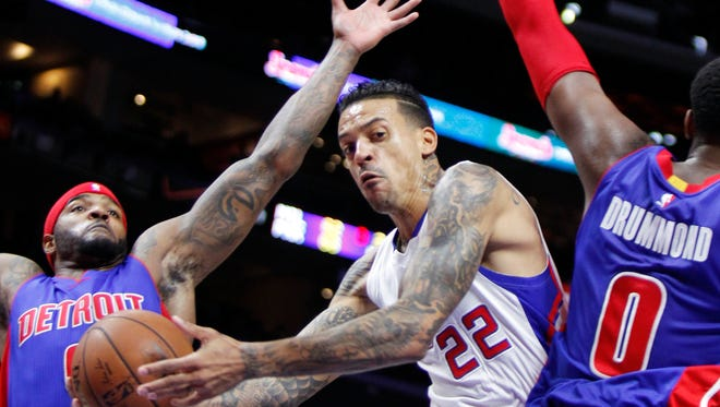 Los Angeles Clippers forward Matt Barnes (22) passes the ball behind Detroit Pistons center Andre Drummond (0) with forward Josh Smith, left, defending, in the first half of an NBA basketball game in Los Angeles, Monday, Dec. 15, 2014.