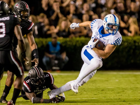 Kentucky tight end C.J. Conrad (87) makes a reception vs. South Carolina in 2017.