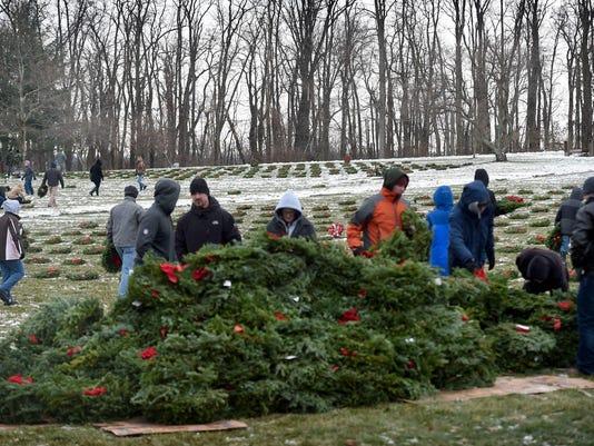 LDN-MKD-121617-wreaths across america