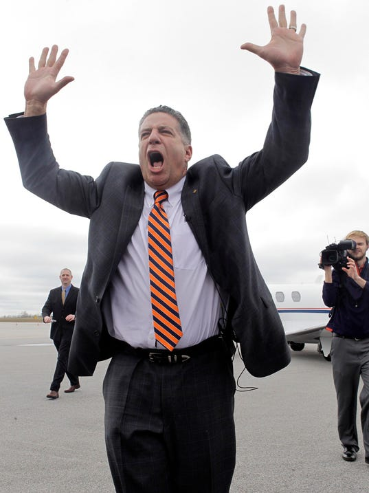 2014-3-18 bruce pearl arrives