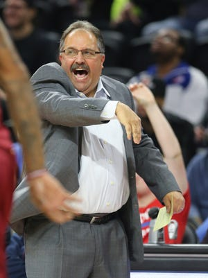 Detroit Pistons head coach Stan Van Gundy calls a play during the first quarter against the Cleveland Cavaliers at The Palace of Auburn Hills on Tuesday, Nov. 17, 2015, in Auburn Hills, Mich. (Kirthmon F. Dozier/Detroit Free Press/TNS)