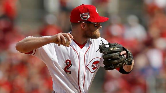 Cincinnati Reds shortstop Zack Cozart (2) makes a play