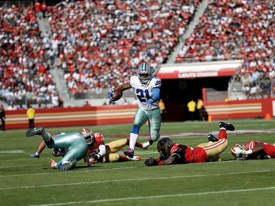 Cowboys running back Ezekiel Elliott (21) runs against