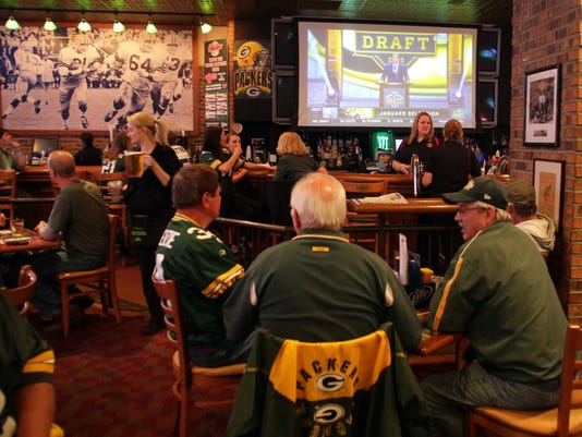 635962379054883681-Clubhouse-Live-draft-photo-2.jpg