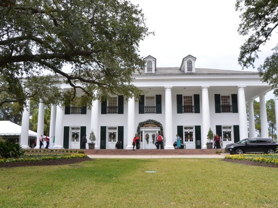 The Governor's Mansion decorated for the holidays,
