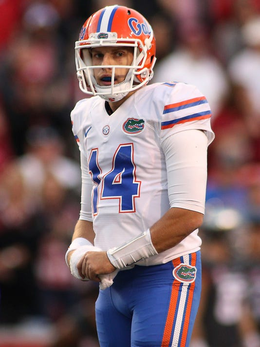 Florida's Luke Del Rio wipes his hands off during the second half of an NCAA college football game against Arkansas Saturday, Nov. 5, 2016 in Fayetteville, Ark. Arkansas beat Florida 31-10. (AP Photo/Samantha Baker)