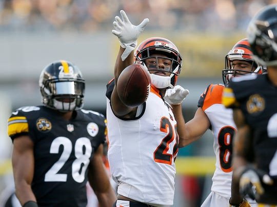 Cincinnati Bengals running back Joe Mixon (28) celebrates a first down after his run in the first quarter.