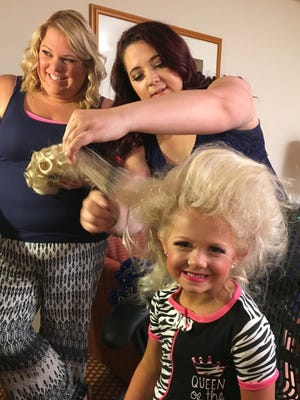 """Coach Jaimie Otterson of Gilbert (center) works with Kallyn and her mother, Meaghan, on """"Toddlers and Tiaras."""""""