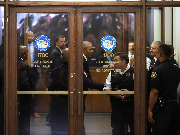Obama arrives for Cook County jury duty at the Daley