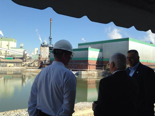 Then-Gov. Tom Corbett, center, tours Glatfelter's Spring