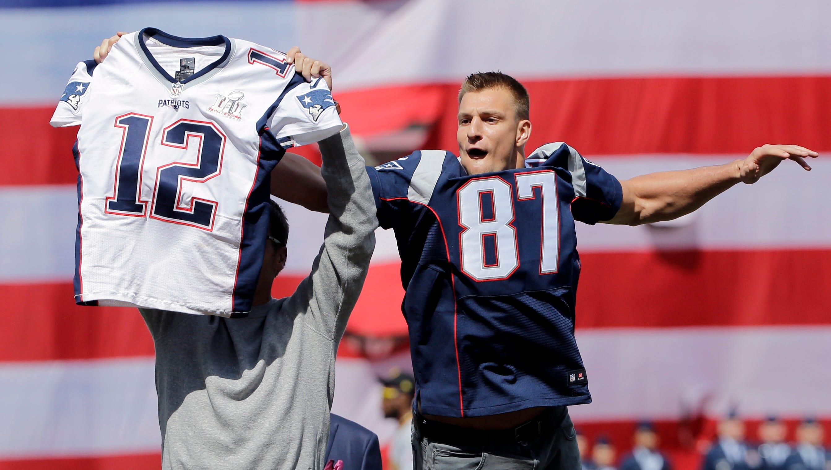 Rob Gronkowski 'steals' Tom Brady's jersey