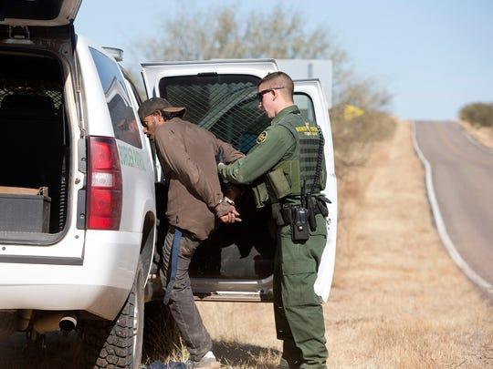 Un agente de la patrulla fronteriza detiene a un hombre. Foto archivo.