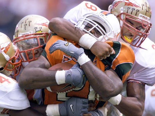 Tommy Polley stops Miami running back James Jackson