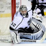 Los Angeles Kings goalie Jonathan Quick (32) defends