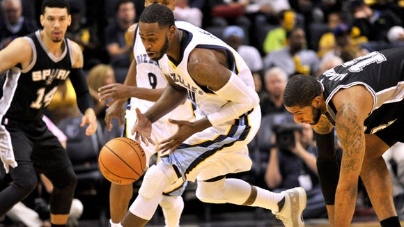Memphis Grizzlies forward JaMychal Green, center, grabs a loose ball ahead of San Antonio Spurs forward LaMarcus Aldridge, right, in the first half of an NBA basketball game Monday, March 28, 2016, in Memphis, Tenn.