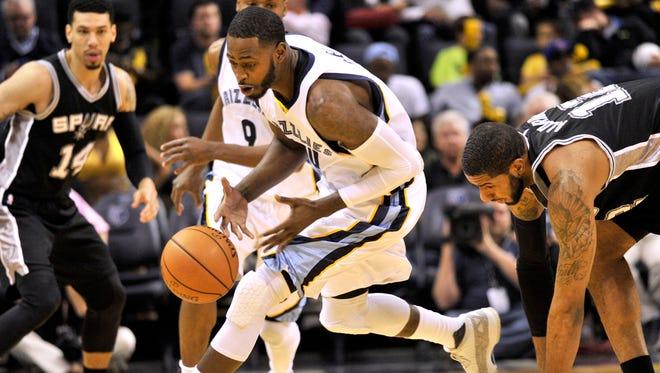 Memphis Grizzlies forward JaMychal Green, center, grabs a loose ball ahead of San Antonio Spurs forward LaMarcus Aldridge, right, in the first half of an NBA basketball game Monday, March 28, 2016, in Memphis, Tenn.
