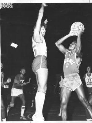 Kelly Tripucka (left) in a 1981 JSBL game.